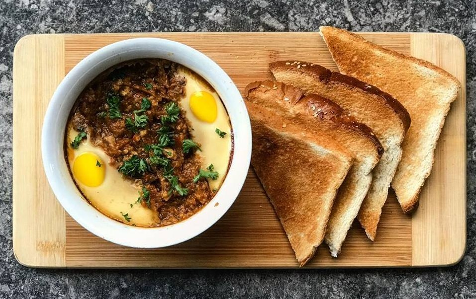 A delicious shakshuka with a side of toasted Challah from Fletchers – Espace Culinaire